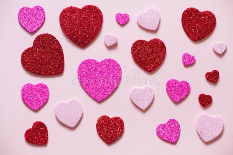 Herz am Valentinsgruß-Tag auf dem rosa Hintergrund lizenzfreie stockbilder