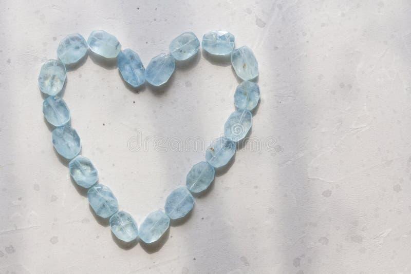 Herz vom Aquamarin Blaues Herz vom nat?rlichen Aquamarin Romance, Valentinsgru?, Liebe kopieren Sie Platz f?r Ihren Text stockbild