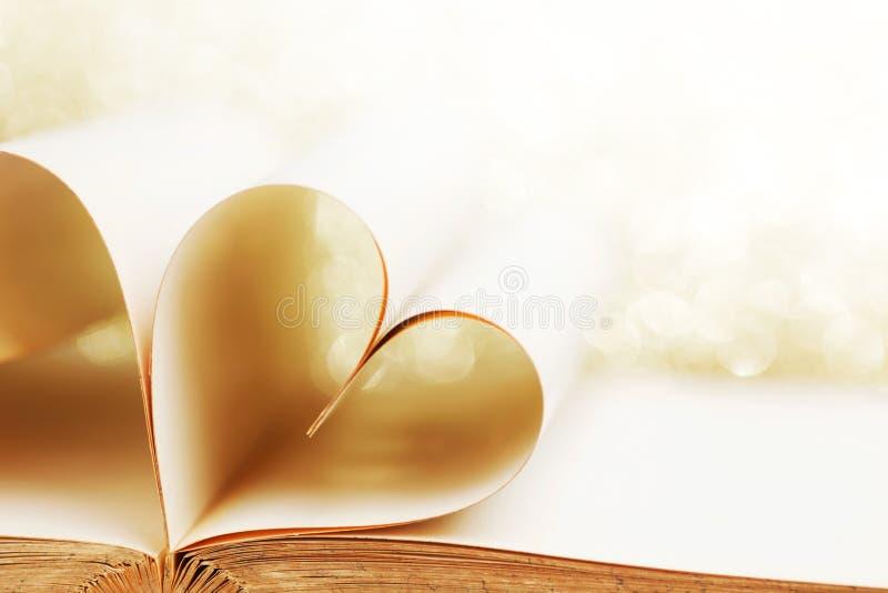 Herz von den Buchseiten lizenzfreie stockfotos