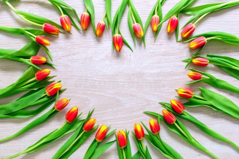 Herz von den roten Tulpen blüht auf rustikaler Tabelle für Tag, internationalen Frauen der den 8. März Tages-, Geburtstags-, Vale stockbild