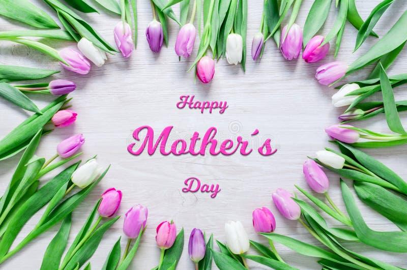 Herz von den Tulpen blüht auf rustikaler Tabelle für Mutter-Tag stockfotos