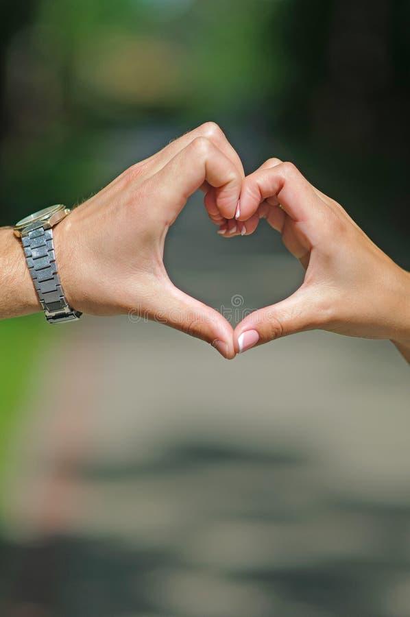 Herz von männlichen und weiblichen Händen lizenzfreie stockfotos