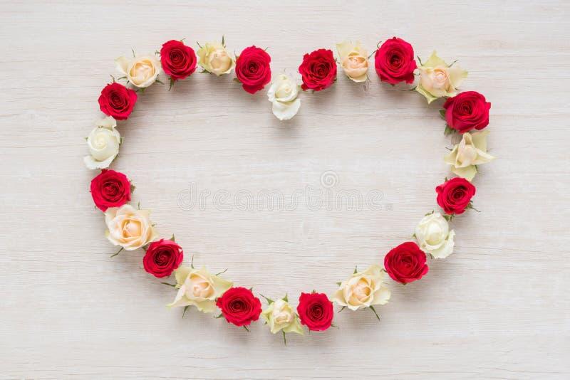 Herz von Rose Flowers auf rustikaler Tabelle für der den 8. März den Tag, internationalen Frauen und Valentinsgruß-Tag stockfotos