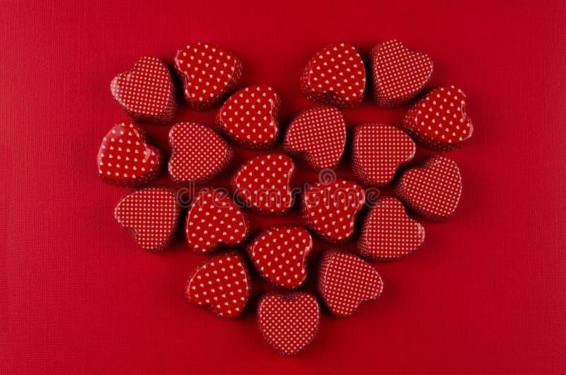 Herz von roten Süßigkeitsherzen auf tiefrotem Papierhintergrund Datei ENV-8 schloß ein stockbilder