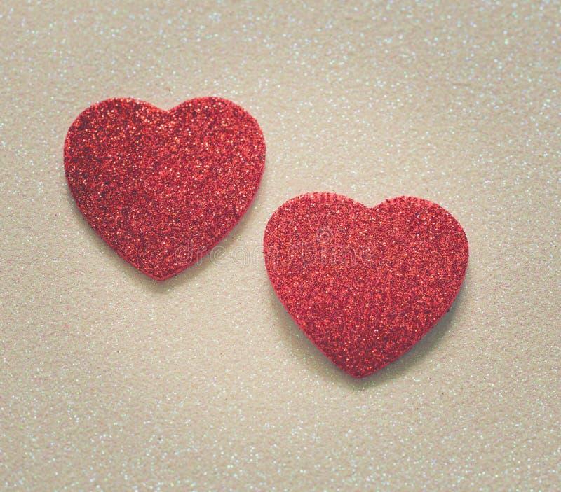 Herz zwei auf glattem Hintergrund am Valentinsgrußtag stockfotos