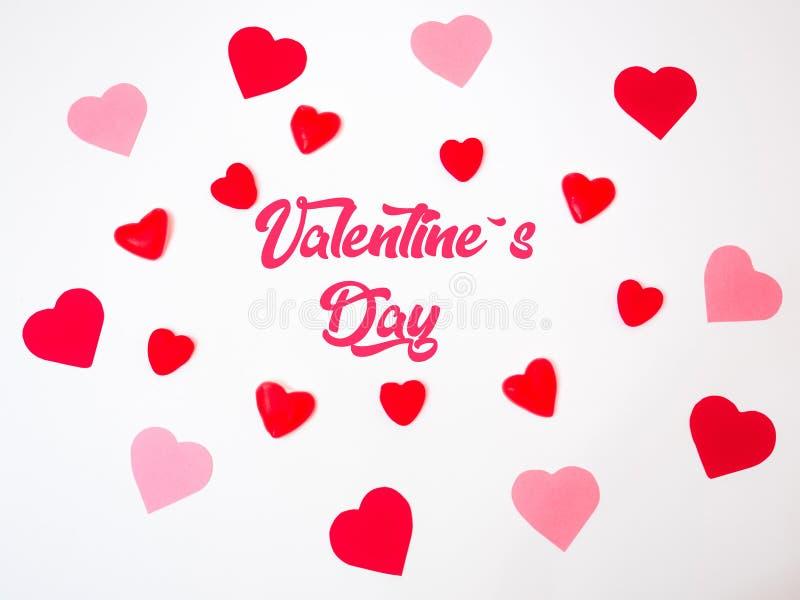 Herzdekorationen Sans ValentineÂs gemacht mit den roten und rosa Papieren und den Geleebonbons und den gummies lizenzfreie stockfotografie