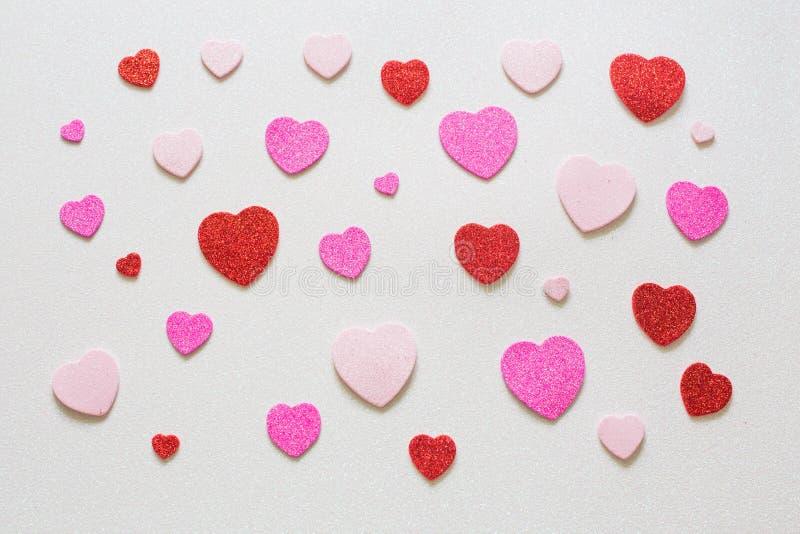 Herzen auf glattem Hintergrund am Valentinsgrußtag stockbilder