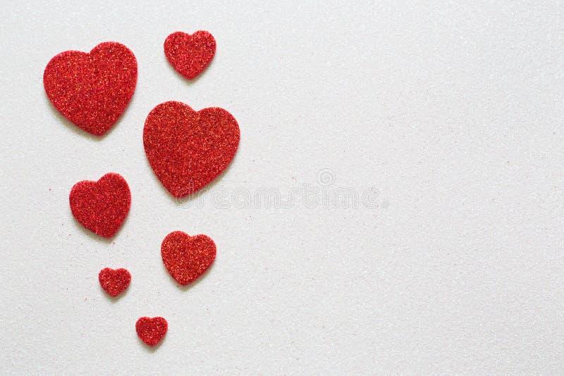 Herzen auf glattem Hintergrund am Valentinsgrußtag mit einem Platz für Aufschrift lizenzfreies stockbild