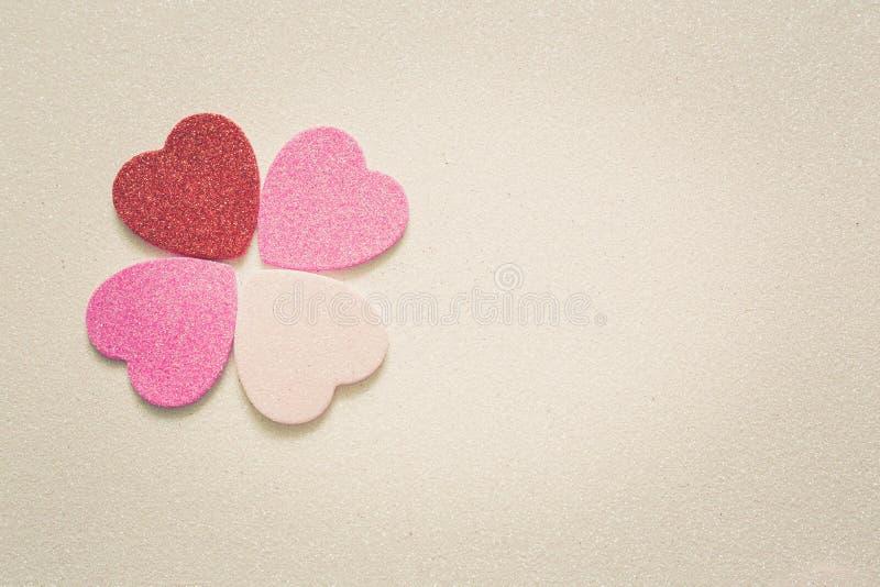 Herzen auf glattem Hintergrund am Valentinsgrußtag mit einem Platz für Aufschrift stockfotos