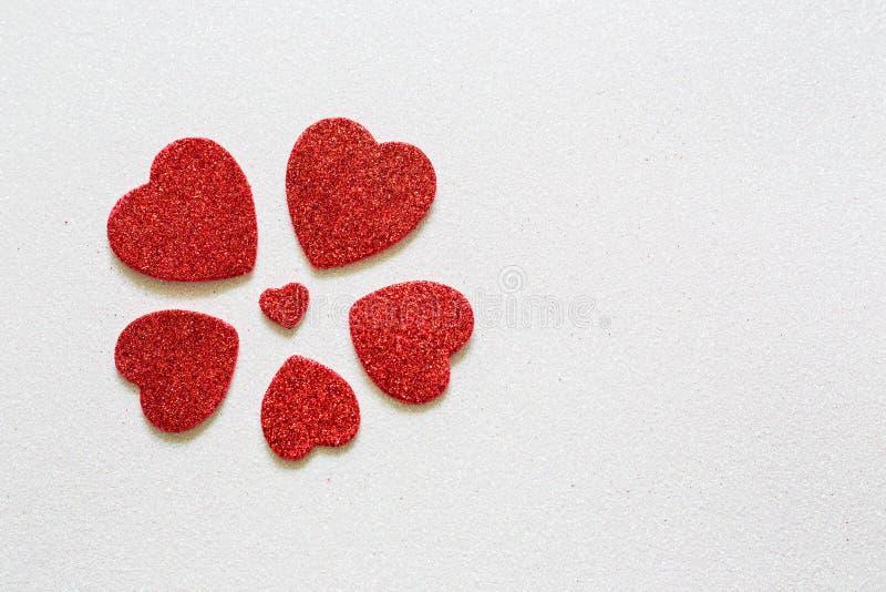 Herzen auf glattem Hintergrund am Valentinsgrußtag mit einem Platz für Aufschrift stockfoto