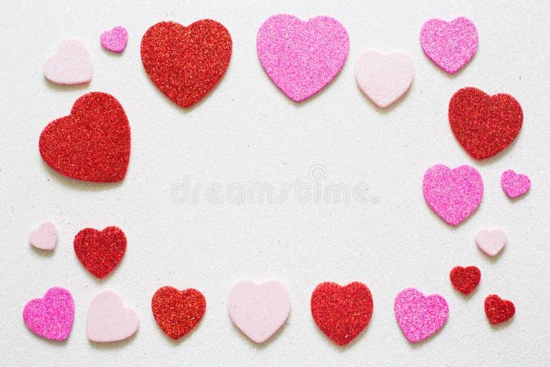Herzen auf glattem Hintergrund am Valentinsgrußtag mit einem Platz für Aufschrift lizenzfreies stockfoto