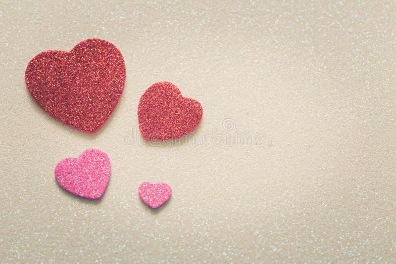 Herzen auf glattem Hintergrund am Valentinsgrußtag mit einem Platz für Aufschrift stockfotografie