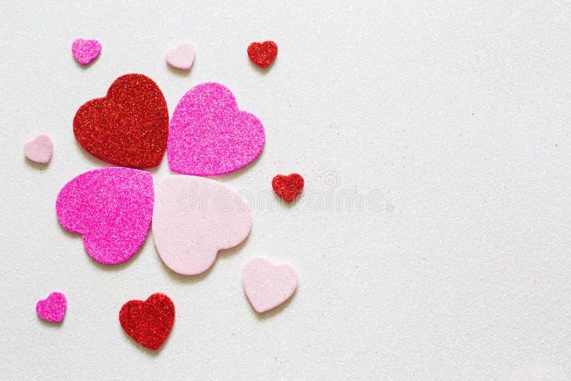 Herzen auf glattem Hintergrund am Valentinsgrußtag mit einem Platz für Aufschrift stockbilder
