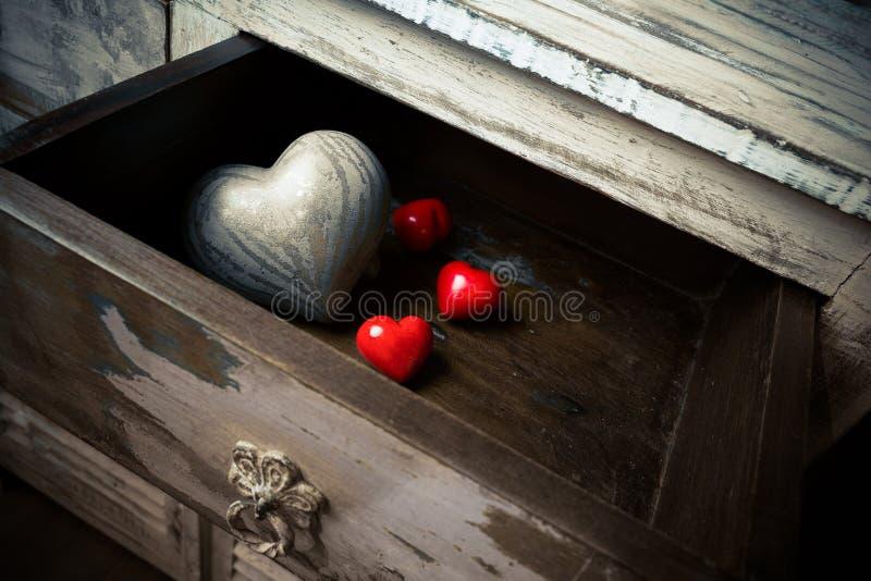Herzen gemacht vom Stein und vom Holz in einem Fach, Valentinstag stockfotos
