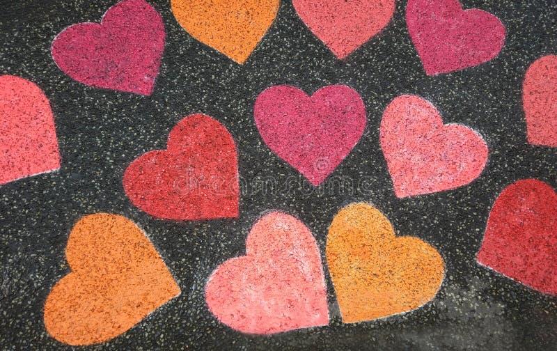 Herzen gemalt mit farbiger Kreide auf der Straße lizenzfreie stockbilder