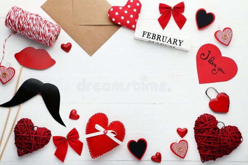 Herzen mit Umschlag, den Papierlippen und dem Schnurrbart stockbilder