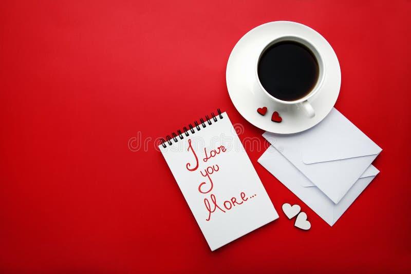 Herzen mit weißen Umschlägen und Kaffee lizenzfreie stockfotografie