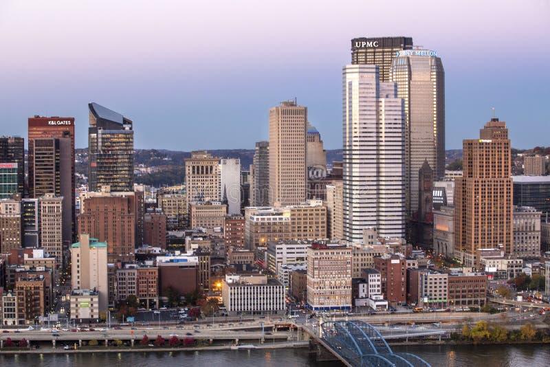 Herzenswärme von im Stadtzentrum gelegenem Pittsburgh nach Sonnenuntergang stockbild