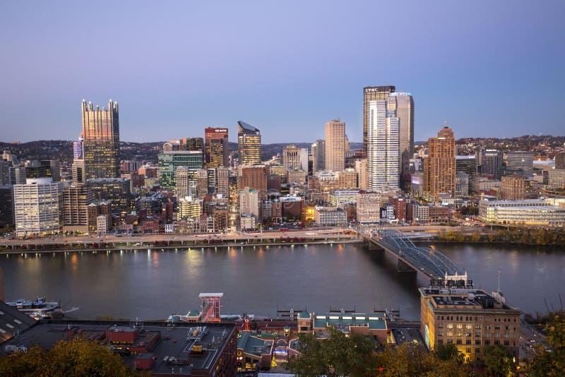 Herzenswärme von im Stadtzentrum gelegenem Pittsburgh nach Sonnenuntergang stockfotografie