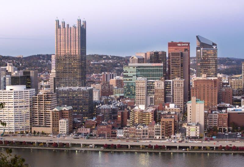 Herzenswärme von im Stadtzentrum gelegenem Pittsburgh nach Sonnenuntergang lizenzfreies stockfoto