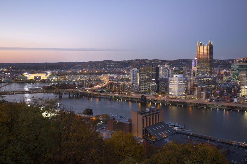 Herzenswärme von im Stadtzentrum gelegenem Pittsburgh nach Sonnenuntergang lizenzfreie stockfotografie
