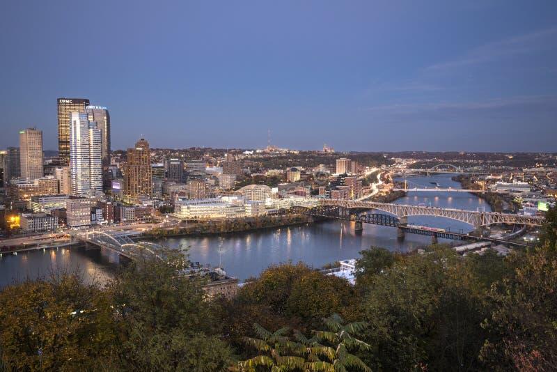 Herzenswärme von im Stadtzentrum gelegenem Pittsburgh nach Sonnenuntergang lizenzfreie stockfotos