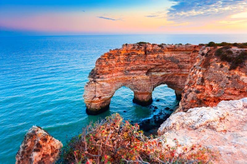 Herzförmige Klippen am Ufer des Atlantischen Ozeans in der Algarve, Portugal lizenzfreies stockbild