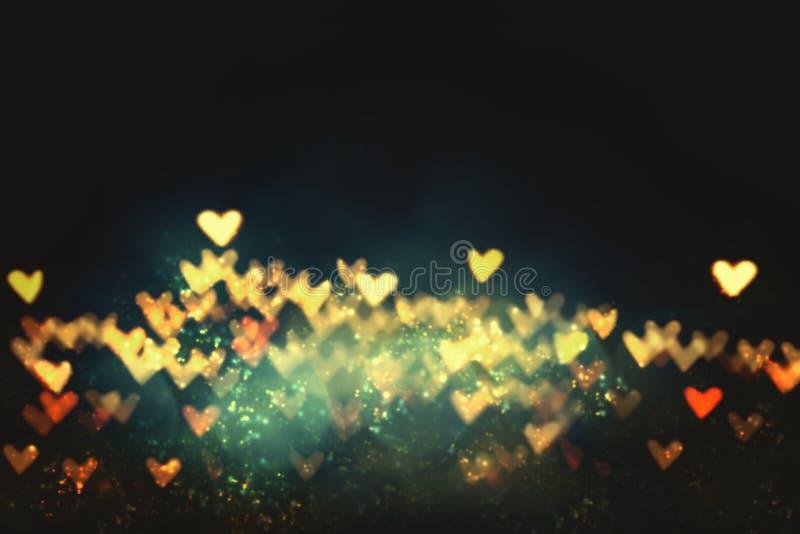 Herzform Buh aus verschwommenem Licht auf schwarzem Hintergrund Love-, Hochzeit- und Valentinkonzept-Hintergrund lizenzfreie stockbilder