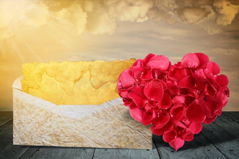 Herzform machte aus rosafarbenen Blumenblättern mit altem Buchstaben heraus auf hölzerner Plattformtabelle lizenzfreies stockfoto