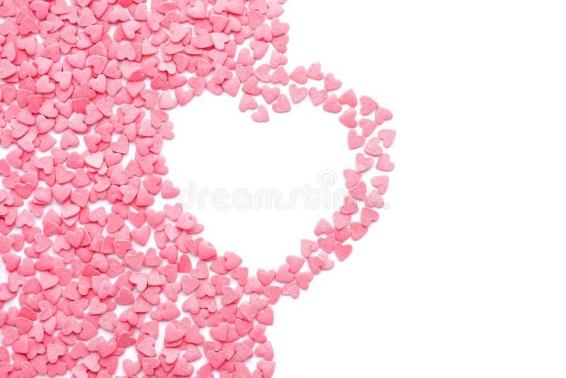Herzform machte von der rosa Süßigkeit, die auf weißem Hintergrund lokalisiert wurde stockfoto