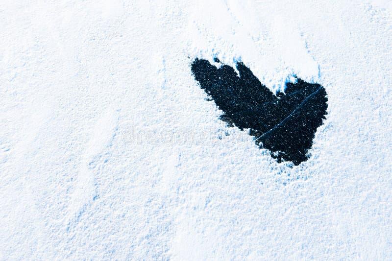 Herzform mit Schnee und Eis stockfoto
