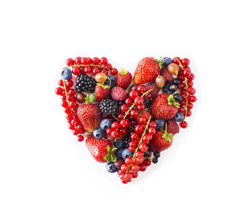 Herzform sortierte Beerenobst auf weißem Hintergrund Beeren im Herzen formen lokalisiert auf einem Weiß Reife Blaubeeren, rote Jo stockfoto