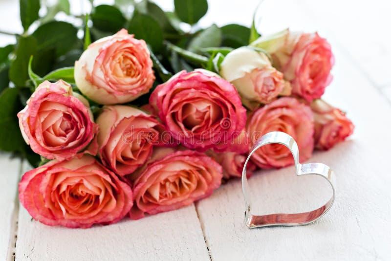 Herzform und -rosen lizenzfreies stockbild