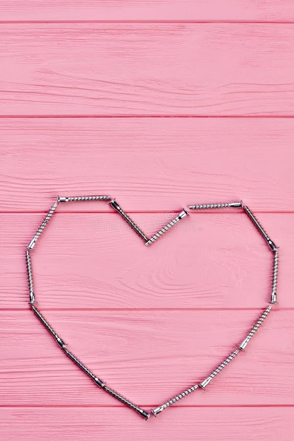 Herzform von den Metallbefestigern stockbild