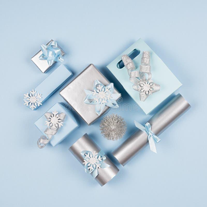 Herzform von Geschenkboxen in der blauen und silbernen metallischen Pastellfarbe mit Funkelnbändern und -bögen auf weichem blauem stockbild