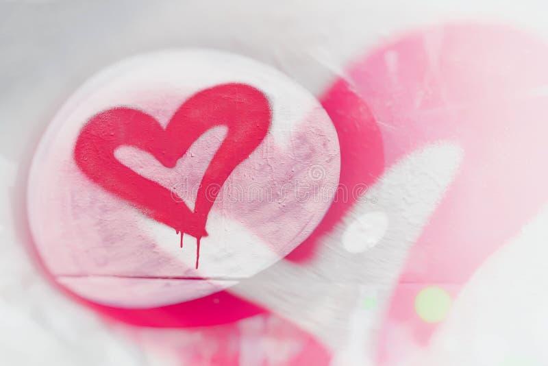 Herzgraffitinahaufnahme Grungy Artliebeskonzept Stylization des Designs mit auf der Wand in der Stadt, Valentinsgruß ` s stockfotografie