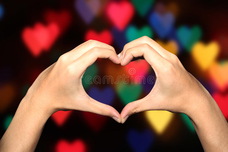 Herzhandbeschneidungspfade bokeh lizenzfreie stockfotos