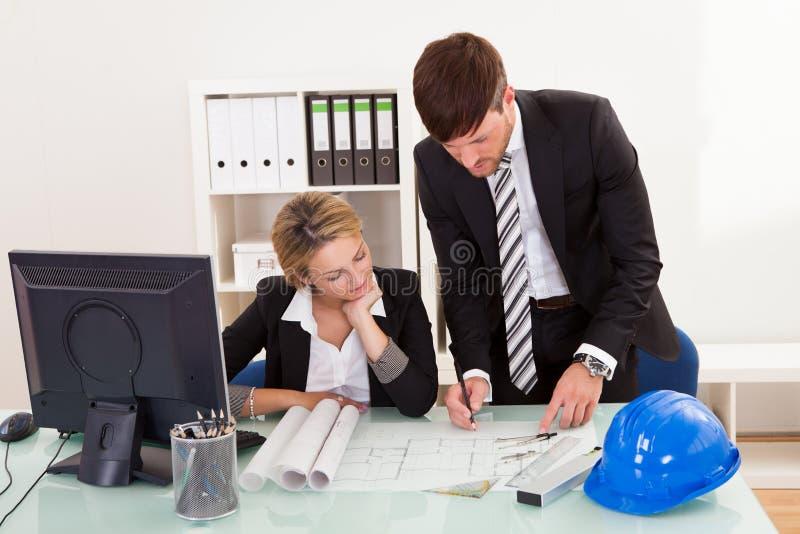 Herzien en ondertekende bouwplannen stock afbeeldingen