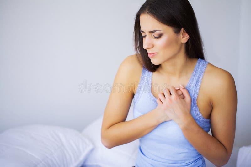 Herzkrankheit Schmerz in der Brust Schlagmann-Infarkt Starke schmerzliche Empfindungen Das Konzept der Gesundheit auf einem graue stockfotografie