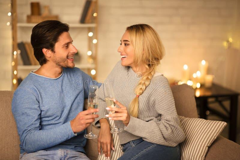 Herzlichen Glückwunsch zum Valentinstag! Happy Pate trinkt Champagner stockbild