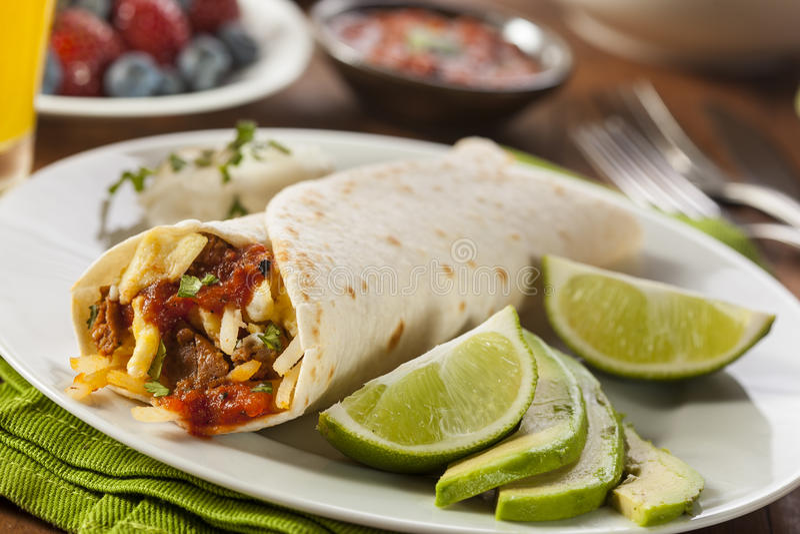 Herzlicher Chorizo-Frühstück Burrito stockbilder