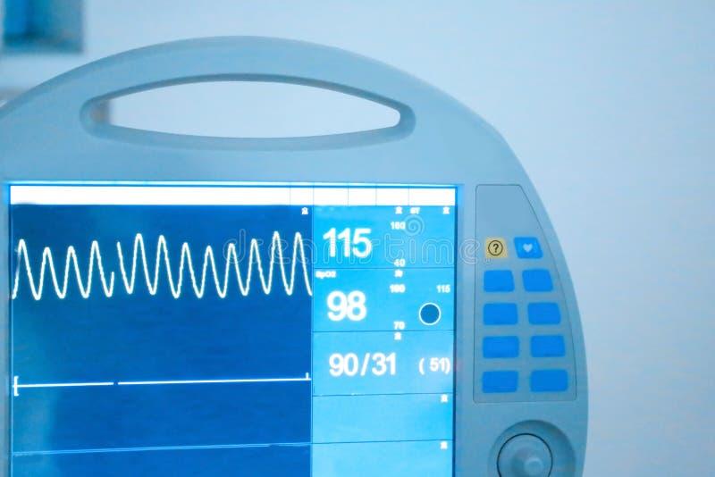 Herzmonitor in der modernen Klinik lizenzfreie stockbilder