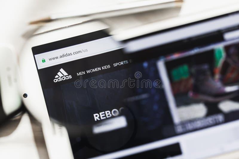 Herzogenaurach, Duitsland - Maart 16, 2019: Adidas AG, homepage van de multinationaal bedrijfs de officiële website onder stock fotografie