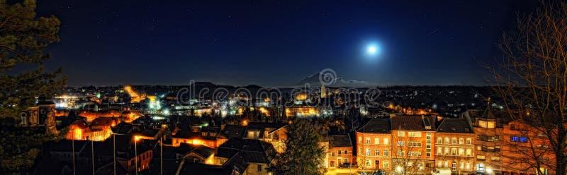 Herzogenrath en la noche imagenes de archivo