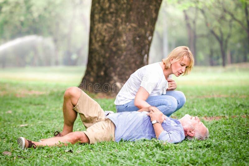 Herzstillstandherz der älteren Männer stockfoto