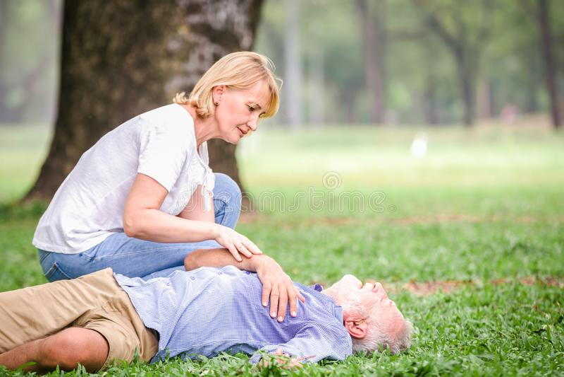 Herzstillstandherz der älteren Männer lizenzfreie stockfotos