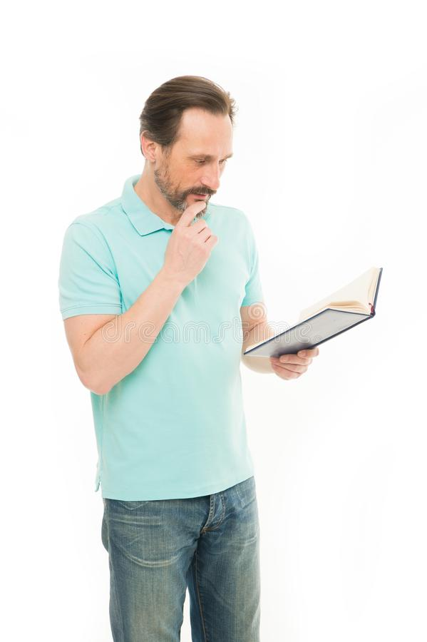 Hes die zaken bestuderen Het gebaarde boek van de mensenlezing Het hogere boek van de bedrijfsbusholding Bejaarde zakenman die bi royalty-vrije stock afbeeldingen