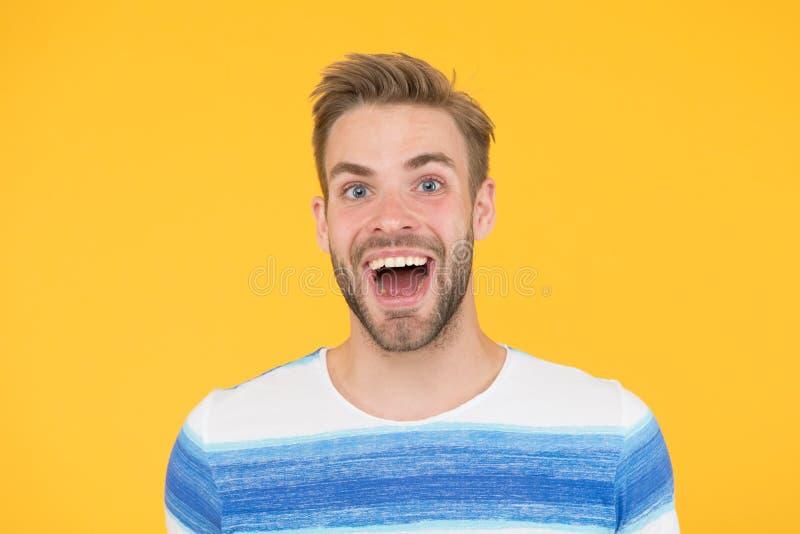 Hes werkelijk pret en gelukkig Gelukkige mens met grote glimlach op gele achtergrond Knappe kerel met baard en sexy glimlach op g stock foto's