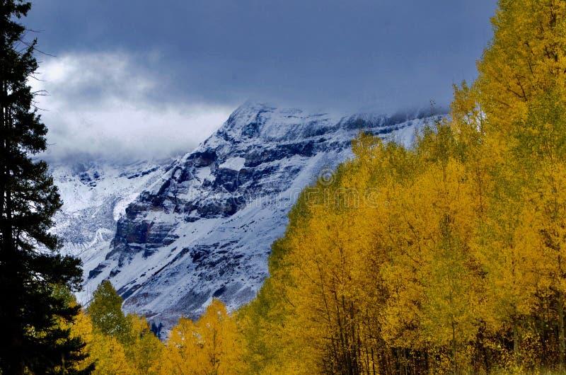 Hesperus-Wolken-Miniatur; Autumn Gold- und Gebirgsblau stockbild