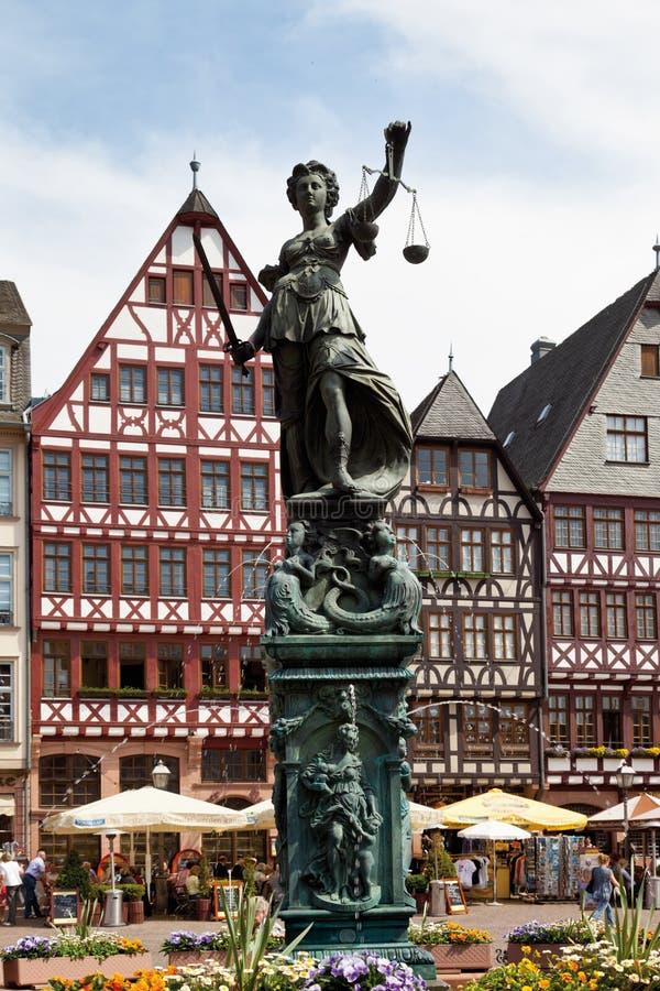 Hesse, Frankfurt, Roemerberg, Mening van DameJustice standbeeld a stock afbeelding